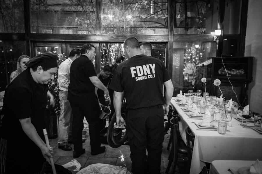 Gewitter-Hochzeit: Die Feuerwehr wurde - zwangsläufig - auch zur Hochzeitsfeier eingeladen.