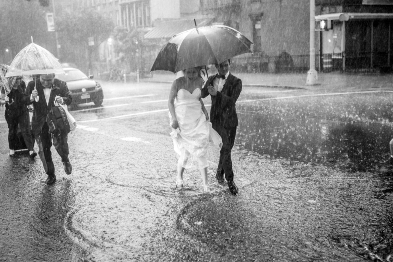 Weltuntergang am Hochzeitstag - doch davon ließen die beiden Verliebten nicht beirren.