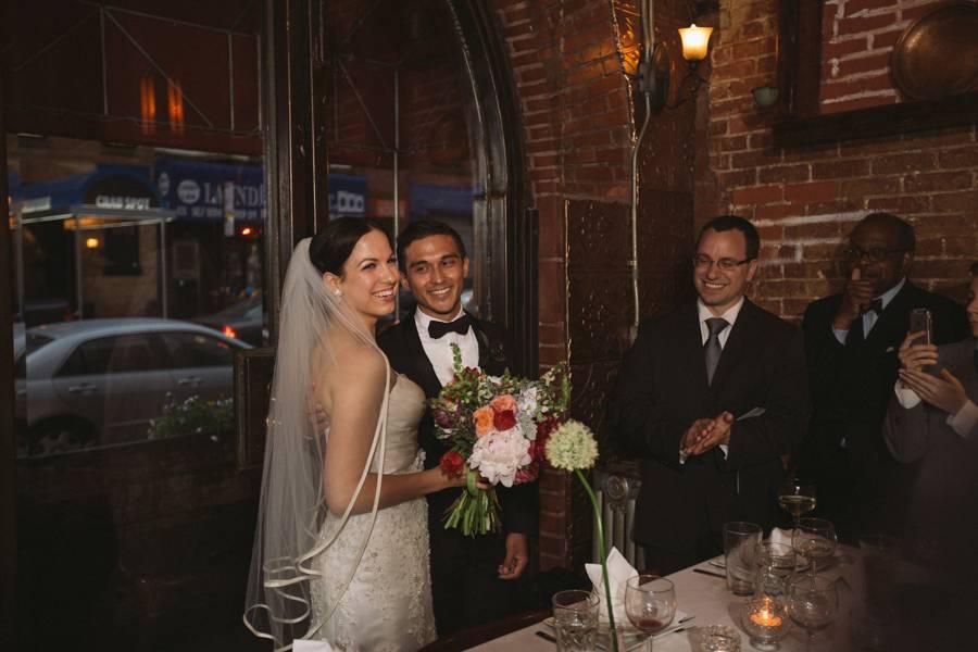 Gewitter-Hochzeit: Endlich im Trockenen. Nun ja, nachdem die Feuerwehr die Überschwemmung der Location geregelt hatte.
