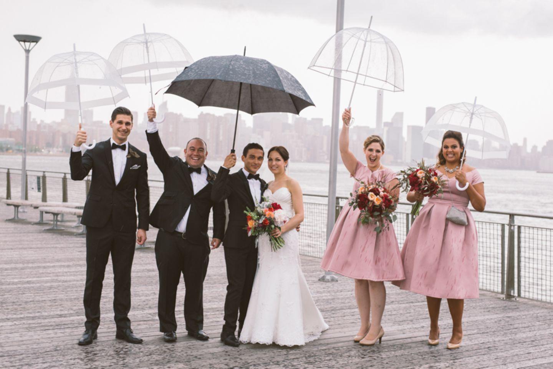 Wenn die Regenschirme so hübsch sind, gehen sie doch locker als Accessoires durch. Oder?