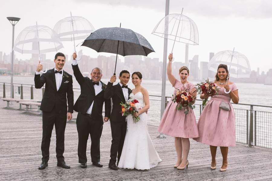 Gewitter-Hochzeit: Wenn die Regenschirme so hübsch sind, gehen sie doch locker als Accessoires durch. Oder?