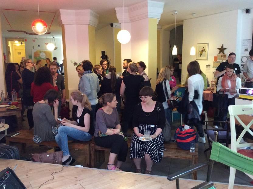 Konferenz in Berlin: Man kennt sich: Gesprächsstoff gab es unter den rund 50 Teilnehmern im Kinder-Kultur-Café Kreuzzwerg genug.