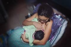 """... und das Kind bekommt seine erste Mahlzeit. Kathy Rosario war bereits Zeugin vieler Geburten, und jede sei komplett anders abgelaufen. """"Es ist verrückt, wie einzigartig jede Situation war."""" Mehr über die Arbeit von Kathy Rosario erfahrt ihr auf kathyrosario.com."""