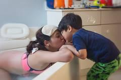 ... mit ihrem Sohn kuscheln ...