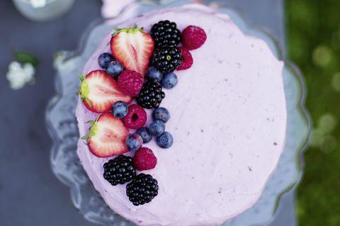 Mandel-Vanillekuchen mit gemischten Beeren