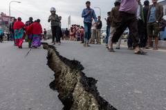 Zusätzlich erschwert wird die Lage dadurch, dass etliche Straßen durch Erdrutsche und zerstörten Asphalt komplett blockiert wurden - viele notleidende Menschen sind immer noch von jeder Hilfe abgeschnitten.