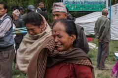 Noch schlimmer ist die Lage in ländlichen Gebieten: Nepal hat außerhalb der städtischen Zentren kaum eine medizinische Versorgung zu bieten. Doch ausgerechnet die Dörfer hat das Erdbeben am härtesten erwischt, viele Gebäude mit schadhafter Bausubstanz sind komplett zusammengebrochen.