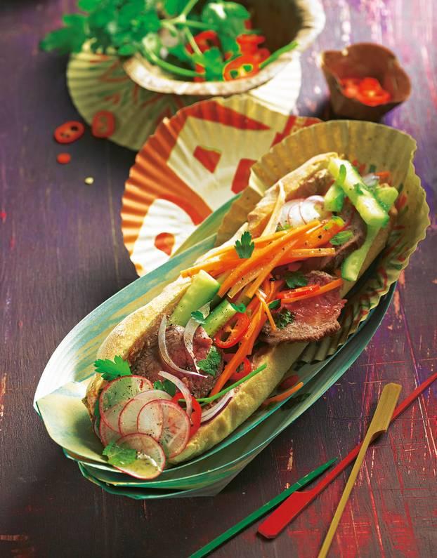 Zum Anbeißen: das Asia-Sandwich mit Rindersteak, knackigem Gemüse ? und Leberwurst. Zum Rezept: Báhn Mì