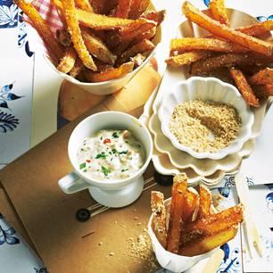 Knusprig, weil zweimal frittiert und in einem Sesam-Koriandersaat-Mix gewälzt. Den cremigen Part übernimmt die selbst gemachte Mayo mit exotischer Fruchtnote. Zum Rezept: Pommes