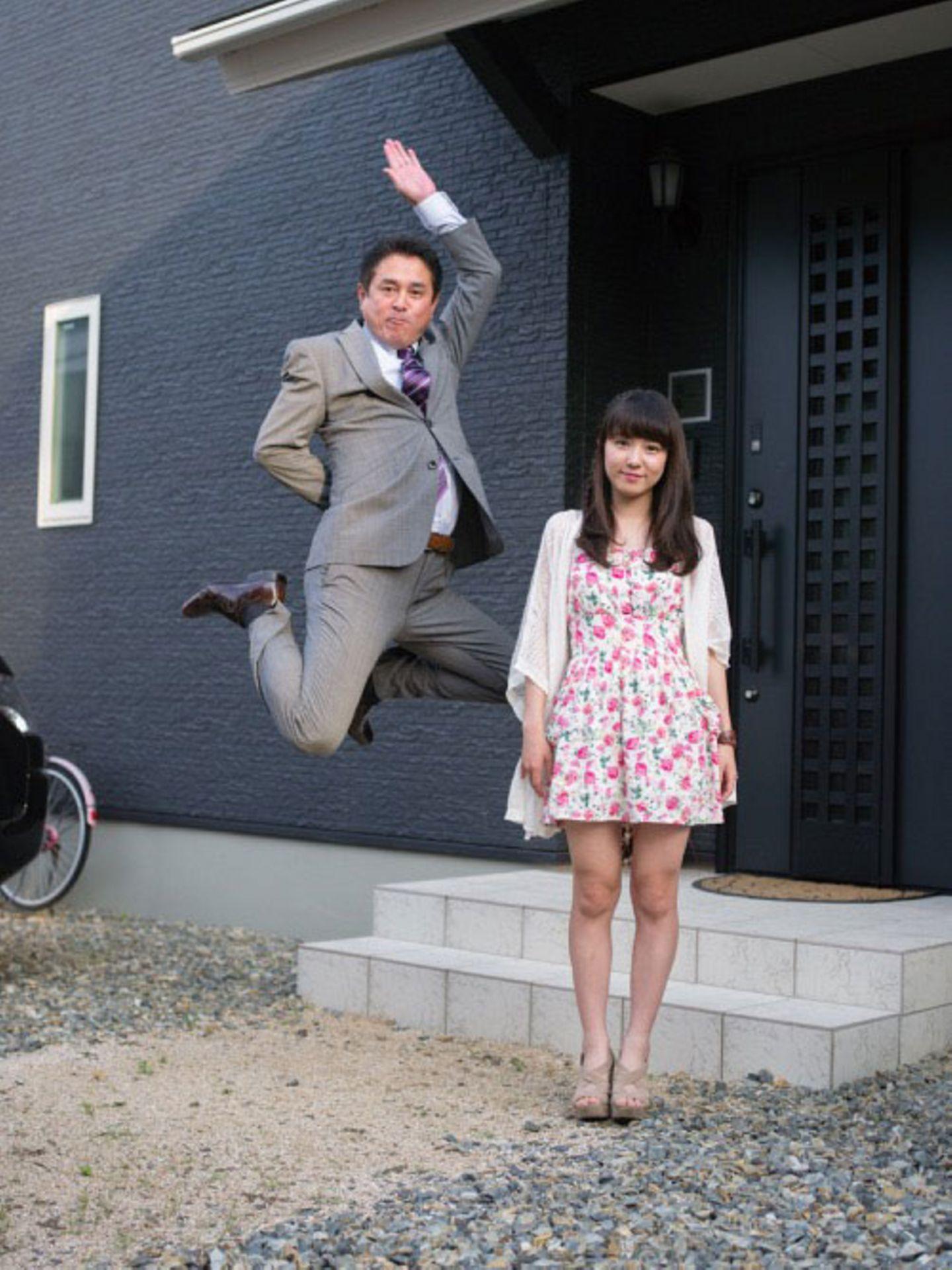 Seriöse Geschäftsmänner springen in die Luft. Ihre Töchter sind wahlweise davon genervt oder amüsiert. Auf dem Papier ergibt dieses Konzept wenig Sinn, aber als Foto wird das Motiv plötzlich wahnsinnig lustig.