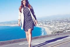 Lang geschnittener, lässiger Leinenblazer: Marina Rinaldi, ca. 410 Euro. Schwarz-weiß gemustertes, gerades Kleid: Triangle by s.Oliver, ca. 120 Euro. Hut: Hermès. Pumps: H&M.