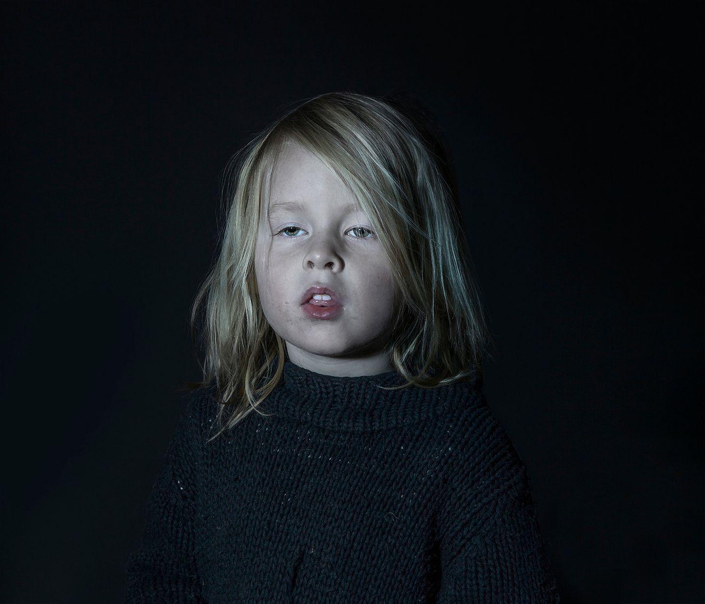 """Machen wir uns nichts vor: Praktisch alle Eltern lassen ihre Kinder schon im Kita-Alter vor den Fernseher. Das ist auch völlig okay - wir alle brauchen gelegentlich ein paar Minuten ohne Kind, und sei es nur, um einmal tief durchatmen zu können. Und Fernsehen ist nicht grundsätzlich böse, """"Die Sendung mit der Maus"""" schon gar nicht. Doch diese Fotos der Fotografin Donna Stevens machen trotzdem nachdenklich: Schonungslos zeigt sie, wie stark Kinder vom Fernseher eingenommen werden und in einer Art Wachkoma vor sich hindämmern."""