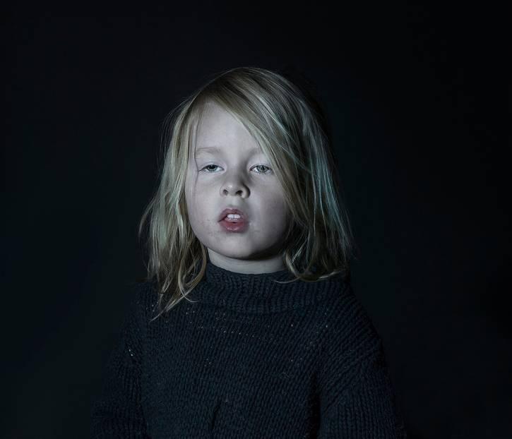 """""""Idiot Box"""": Machen wir uns nichts vor: Praktisch alle Eltern lassen ihre Kinder schon im Kita-Alter vor den Fernseher. Das ist auch völlig okay - wir alle brauchen gelegentlich ein paar Minuten ohne Kind, und sei es nur, um einmal tief durchatmen zu können. Und Fernsehen ist nicht grundsätzlich böse, """"Die Sendung mit der Maus"""" schon gar nicht. Doch diese Fotos der Fotografin Donna Stevens machen trotzdem nachdenklich: Schonungslos zeigt sie, wie stark Kinder vom Fernseher eingenommen werden und in einer Art Wachkoma vor sich hindämmern."""