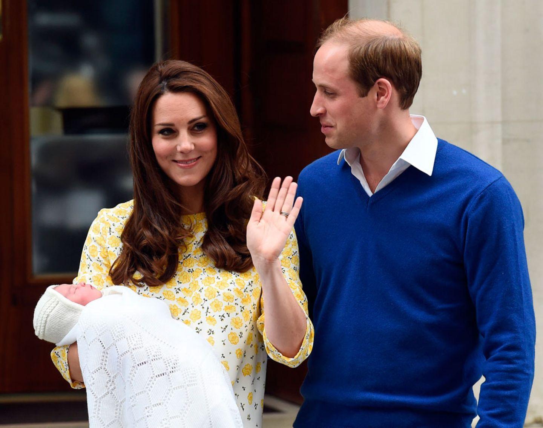 """Einen Vornamen gibt es offiziell immer noch nicht. Die Buchmacher sind sich sicher: Die Kleine wird """"Charlotte"""" oder """"Alice"""" heißen, jede Wette. Und wenn das jemand ganz genau wissen muss, dann die Menschen, die sonst Geldbeträge auf Boxkämpfe und Hunderennen setzen! Auch hoch im Kurs: """"Diana"""", aus offensichtlichen Gründen. Das wäre einerseits natürlich eine schöne Geste, andererseits aber schwierig gegenüber Charles, Camilla und den restlichen Royals und damit eher unwahrscheinlich."""