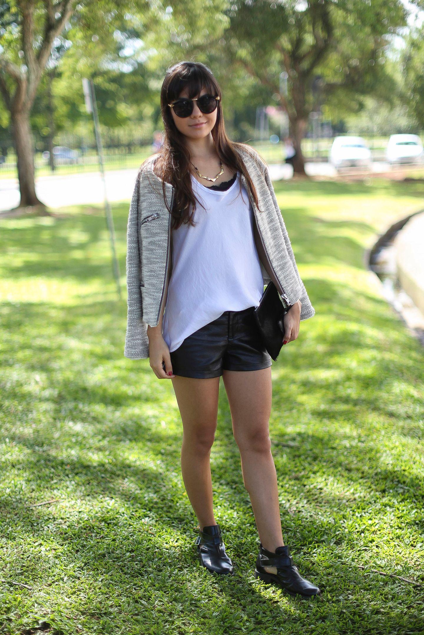 Sommerlich: weißes T-Shirt zu Ledershorts