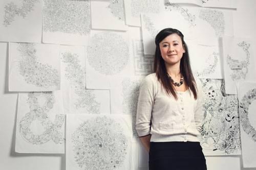 Kunst zum Ausmalen: Die Schottin Johanna Basford vor ihren handgezeichneten Entwürfen.