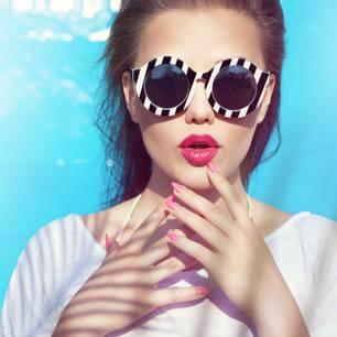 Frau trägt linken Lippenstift