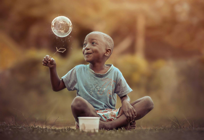 Unbeschwert in den Tag hineinleben an einem Sommertag, der scheinbar nie zu Ende geht - Kindheitserinnerungen, an die wohl jeder Erwachsene wehmütig zurückdenkt. Der Fotograf Adrian McDonald hat dieses einmalige Lebensgefühl perfekt in Fotos eingefangen, die er von einer jamaikanischen Familie gemacht hat.