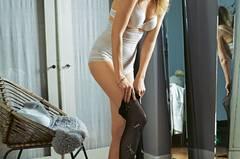 Sexy - Shapewear formt die Kurven. Schalen-BH mit Blumenmuster und hoher Taillenslip: Triumph, je ca. 40 Euro. Schmuck: Vahina Tahi. Strümpfe: Fogal.