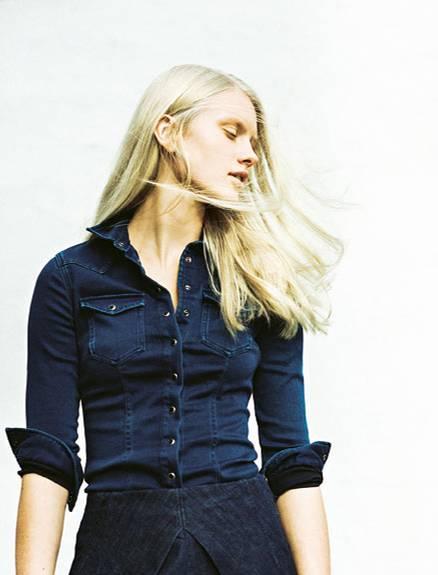 Denim-Trend: Eng geschnittenes Hemd mit Druckknöpfen: Replay, ca. 160 Euro. Kurzer Hosenrock aus dunklem Denim: Replay, ca. 90 Euro.