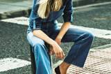 Bluse im Patchwork-Look mit Krempelärmeln: 7 for all Mankind, ca. 200 Euro. Schlag-Jeans: H&M Studio, ca. 50 Euro. Espadrilles aus Jeansstoff: Espadrij.