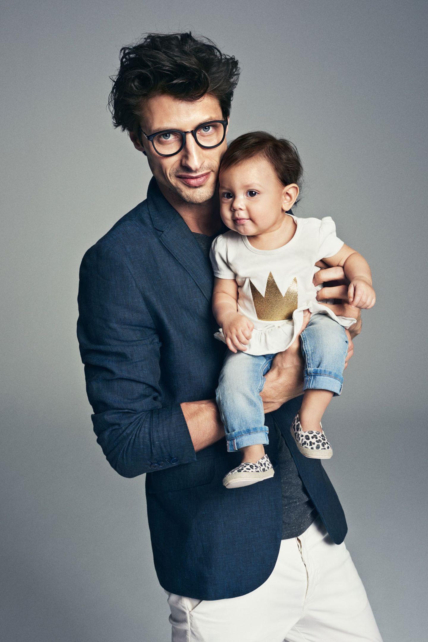 Die Kleine ist die Größte! Sie trägt ein Volant-Shirt mit glitzernder Krone, Jeans und Espadrilles.