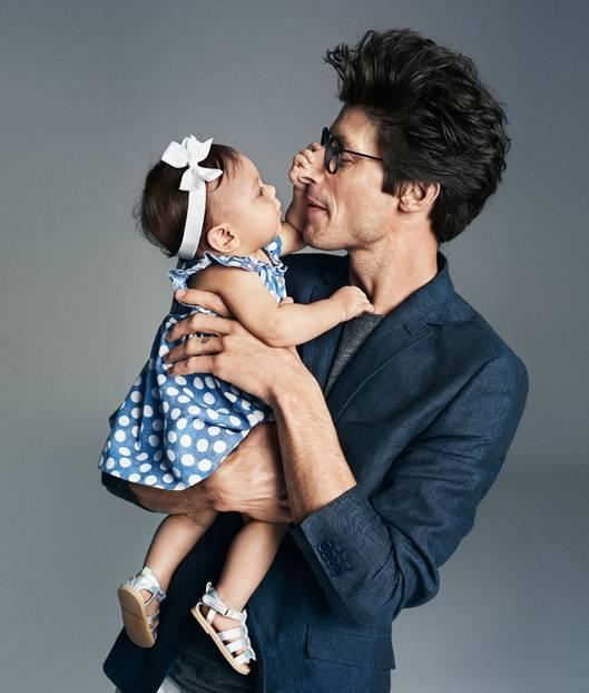 H&M-Kampagne: Sind die nicht zum Knutschen? Für die Kampagnen-Bilder zur aktuellen Baby-Kollektion hat H&M zuckersüße Duos vor die Kamera geholt. Der Haarreif und das gepunktete Denimkleid sind - ebenso wie alle anderen Kollektionsteile - ab sofort online erhältlich.