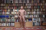 ...Stephan: Sixpack vor Bücherwand.