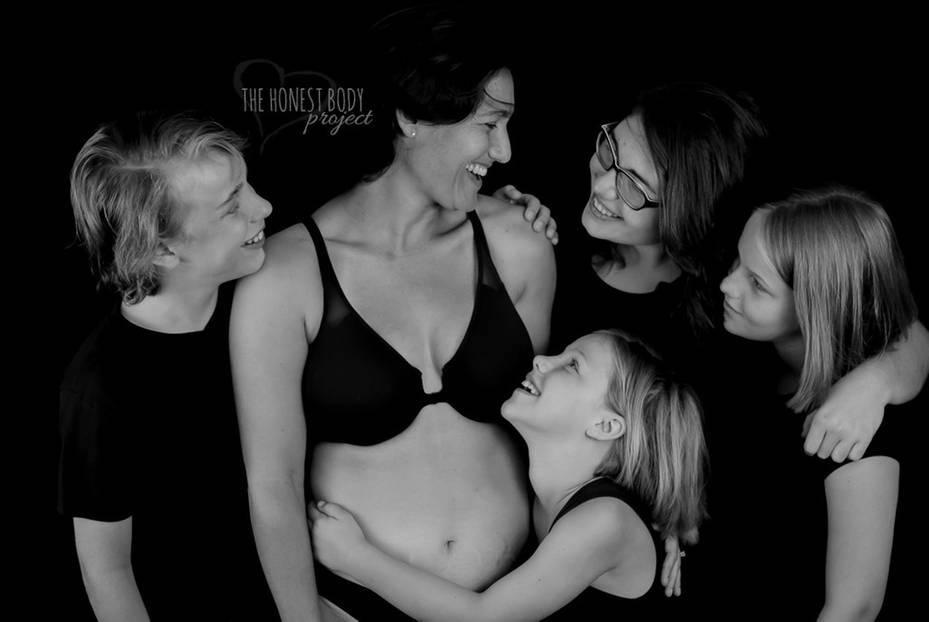 """The Honest Body Project: """"Ich habe alle meine Kinder für längere Zeit gestillt. Ich vermisse die Nähe. Ich vermisse das entspannte Hinsetzen und die tiefe Verbindung. Jetzt, wo sie älter sind, brauchen sie mich weniger und auf verschiedenste Art und Weise. Aber es ist toll anzusehen, wie sie erwachsen, immer mehr sie selbst und unabhängiger werden. Und ja, mich selbst immer weniger brauchen. Trotzdem bleibt mein Körper für sie immer der warme, weiche Rückzugsort, wenn sie eine liebevolle Umarmung brauchen."""""""
