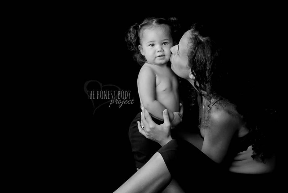 """The Honest Body Project: """"Ich denke, die Geburt meiner Tochter änderte meine Sicht auf meinen eigenen Körper. Ich will ihr zeigen, dass man nur so schön ist, wie das eigene Herz, egal wie der Körper aussieht. Sie soll lernen, dass wahre Schönheit von innen kommt."""""""