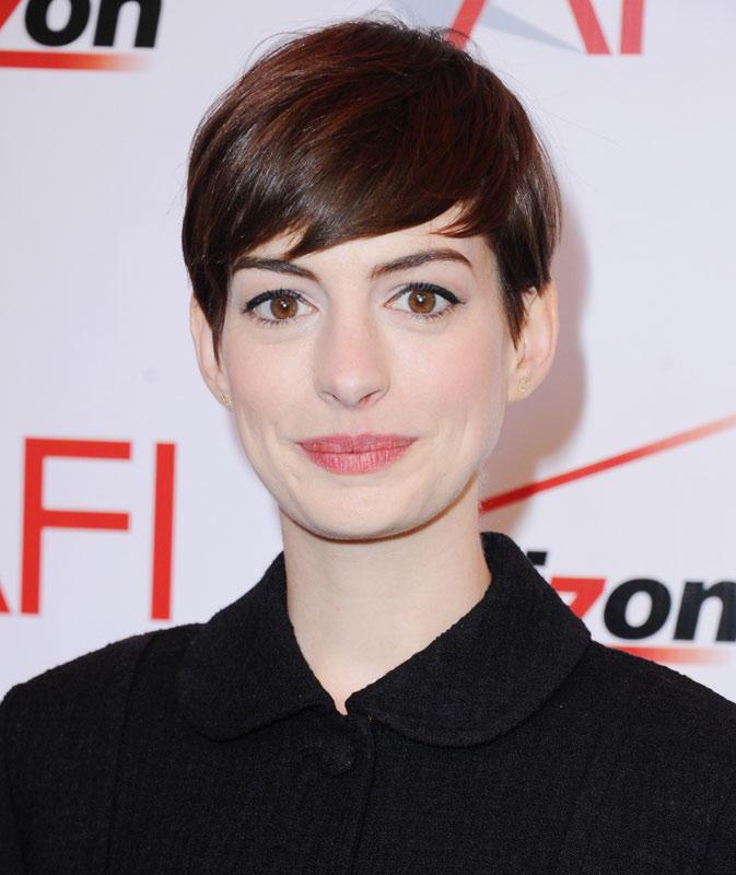 Anne Hathaway mit Kurzhaarfrisur