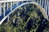 An der Garden Route entlang der Küste liegt die Bloukrans River Bridge - die höchste Bogenbrücke der Welt. Wagemutige können von hier aus mit dem Bungee-Seil in die Tiefe springen.