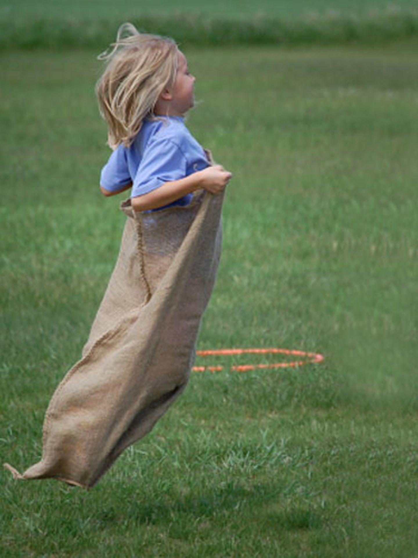 Alte Kinderspiele: Sackhüpfen