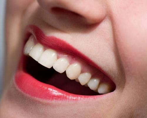 Persönlichkeit: Die meisten Menschen erkennen intuitiv, ob ein Lächeln echt ist. Wichtigstes Indiz: Das unechte Lächeln beginnt und endet meist abrupt. Ein echtes Lächeln breitet sich dagegen langsam über das ganze Gesicht aus, die Wangen heben sich und um die Augen bilden sich Krähenfüße.