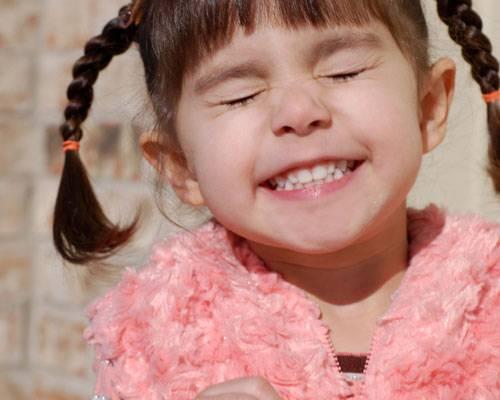 """Persönlichkeit: Nach der Lehre der Taoisten aktiviert ein Lächeln die Thymusdrüse in der Brust, die ein positives Signal zur Großhirnrinde sendet. So hebe sich nicht nur die Laune der angelächelten Person, sondern auch die des Lächelnden. Das sogenannte """"Innere Lächeln"""" ist nach dieser Lehre sogar eine Meditationstechnik, in der es vor allem darum geht, bewusst zu lächeln und so bestimmte Muskeln zu entspannen.    Mehr bei BRIGITTE.de: Introvertrierte empfinden Glück tiefer Test: Sind Sie gut zu sich? Wie selbstsicher bin ich?"""