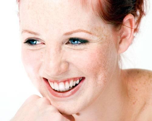 """Persönlichkeit: """"Für ein Lächeln braucht man 15 Muskeln, für ein ernstes Gesicht 30"""" - das ist eine Binsenweisheit. Fürs Lächeln braucht man grundsätzlich nur zwei Muskeln, fürs ernste Gesicht auch. Hauptakteur ist der Zygomaticus Major um die Mundpartie. Bei manchen Menschen ist er so eng mit der Haut der Wangen verwachsen, dass er sie nach ihnen zieht, wenn er angespannt wird: So entstehen Wangengrübchen."""