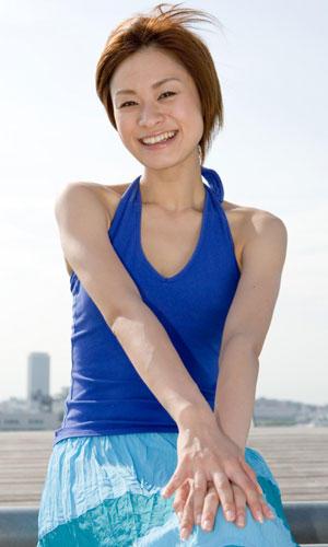 Persönlichkeit: In Japan wird das Lächeln sehr ernst genommen. Angestellte des Eisenbahnunternehmens Keihin Electric Express Railway etwa müssen jeden Morgen zum Lächeltest: Ein Gesichtsscanner analysiert die Augenbewegung und die Neigung der Mundwinkel und gibt Tipps, wie die Angestellten noch freundlicher wirken können.