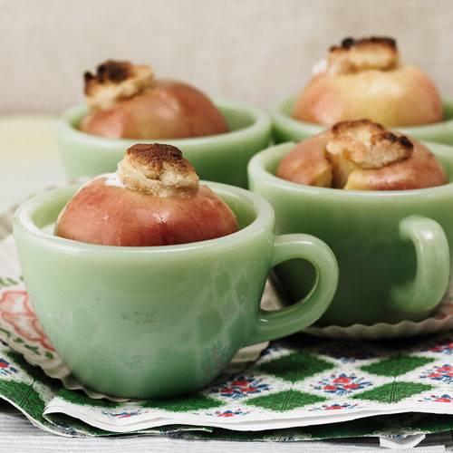 In diesen Bratäpfeln steckt nicht nur Marzipan, sondern auch getrocknete Aprikosen. Dazu servieren wir selbst gemachte Vanillesoße. Zum Rezept: Bratäpfel mit Aprikosen-Füllung