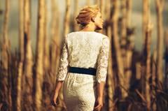 stickereispitze stickblumensaum kleid lederguertel romantisch