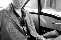 A Star is Born: Fotografie und Rock seit Elvis Presley 2. Juli bis 10. Oktober 2010 Mit Fotografien, Plattencovern, Zeitschriften und Autogrammkarten spürt diese Ausstellung der engen Verbindung zwischen Musik und Fotografie nach. Alfred Wertheimer: Elvis Presley in Back of a Taxi, Richmond, Virgina, 1956. Bromsilbergelatine