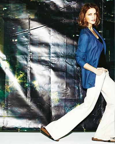 Denim-Basics: Elegantes Jeans-Jackett mit leichtem Glanz: Gestuz, ca. 150 Euro. Top: Mango, ca. 20 Euro. Hose: Elisabetta Franchi, ca. 260 Euro. Schuhe: Tatami.