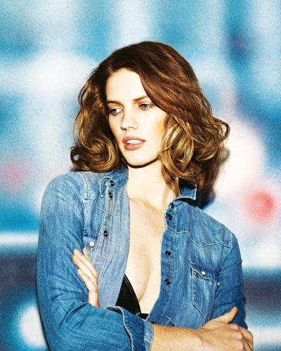 Denim-Basics: Klassisches Jeans-Hemd in Washed-Optik für den Boyfriend-Stil: Esprit, ca. 50 Euro. Bikini-Top aus lässigem Leder: Diesel, ca. 75 Euro.