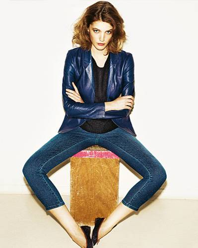 Denim-Basics: Edel-cooler City-Look - 3?4-Jeans von Angels, ca. 80 Euro, zur kräftig blauen Lederjacke von Closed, ca. 580 Euro. Pullover: 81 hours, ca. 130 Euro. Schuhe: Repetto.