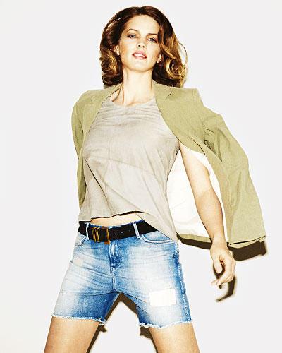 Denim-Basics: Selbst geschnitten? Nee, war schon. Jeans-Shorts im Used-Look: Wrangler, ca. 90 Euro. Dazu sind Beige und Nudetöne am schönsten. Blazer: Sack's, ca. 295 Euro. Weiches Ledershirt: Muubaa, ca. 270 Euro. Gürtel: Mango.     Mehr bei BRIGITTE.de: Jeans-Tipps: So finden Sie die perfekte Jeans Jeans: Die große Figurberatung Nachhaltig: Die Jeans zum Ausleihen
