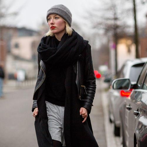 Streetstyle: Grauer Beanie, schwarzes Leder und ein leuchtend roter Mund - so geht Coolness à la Berlin Fashion Week.