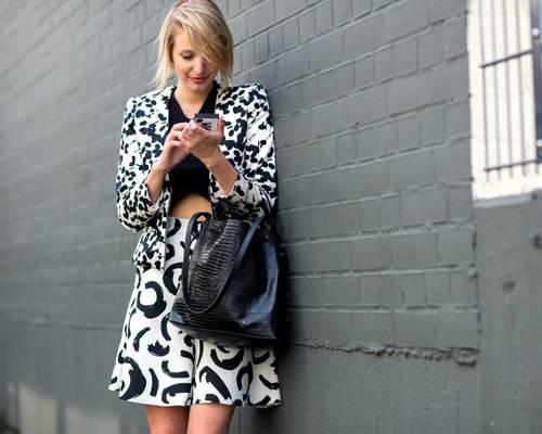 Streetstyle: Ein Herz für den Mustermix! Wie gut verschiedene Schwarz/Weiß-Muster zusammen passen, beweist die junge Besucherin der Fashion Week Berlin.