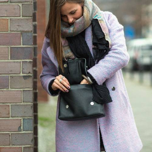 Streetstyle: Schon mal über einen fliederfarbenen Mantel nachgedacht? Wir notieren diesen Mantel direkt auf unserer Wunschliste für den nächsten Winter.