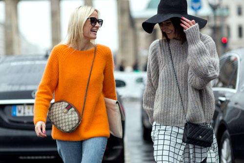 Streetstyle: Stichwort Wollpulli - ohne ihn geht bei der Fashion Week in Berlin quasi nichts. Und auch die Besucher lieben sie. Die norwegische Bloggerin Celine Aagaard von Hippie, Hippie - Milchshake setzt auf leuchtendes Orange, während Shopbesitzern Golestaneh Mayer-Uellner lässiges Grau bevorzugt. Den Look von Celine gibt es hier zum Nachstylen!