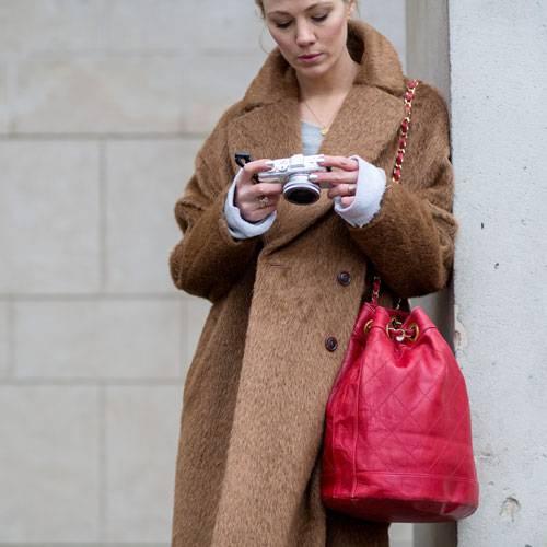 Streetstyle: Wie schön die Farben Kamel und Rot zusammenpassen, zeigt uns diese Modewochenbesucherin.