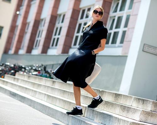 Streetstyle: Der Sneaker-Trend reißt nicht ab - bei so vielen Terminen macht bequemes Schuhwerk auch absolut Sinn. Hier werden gleich noch die passenden Socken zu den sportlichen Tretern kombiniert.
